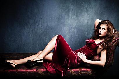 גברים תופשים אותה כמושכת יותר. אישה באדום (צילום: Shutterstock) (צילום: Shutterstock)