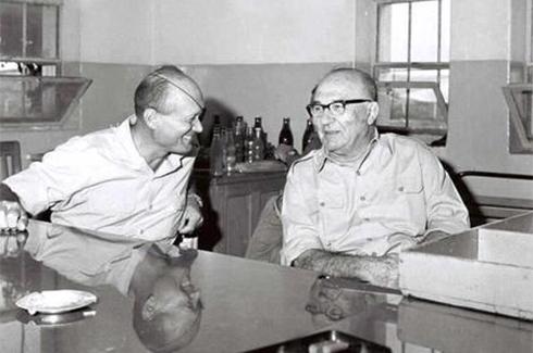 """לוי אשכול ושר הביטחון דאז משה דיין, ספטמבר 1967  (צילום: אילן ברונר, לע""""מ)"""