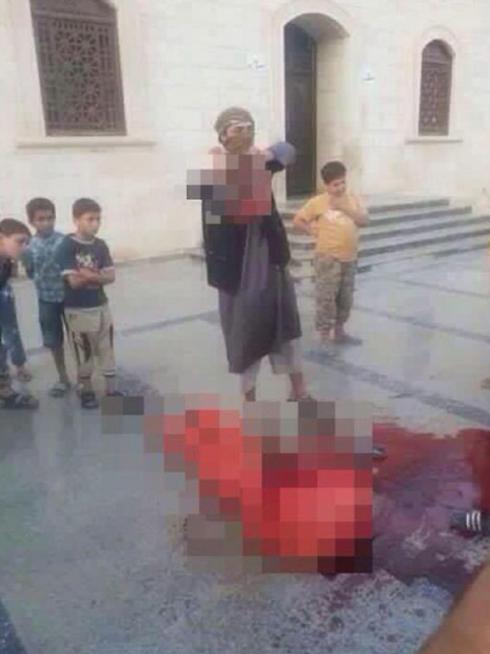 ילדים צופים בהוצאה להורג ובראש הערוף ()