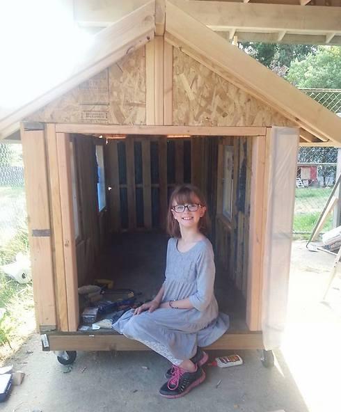 היילי פורד בת ה-9 בפתח אחד המקלטים שבנתה (צילום: מתוך פייסבוק)
