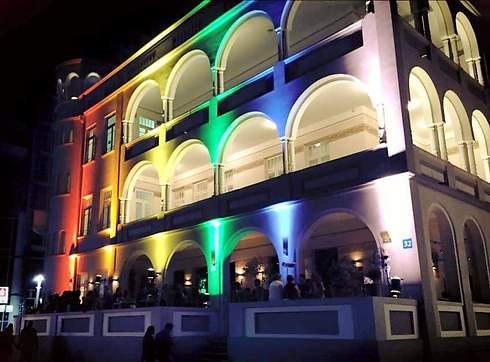 A bar on Rothschild Boulevard changes colors (Photo: Gregor Shluser)