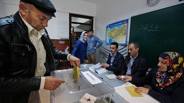 הטורקים מצביעים  (צילום: AP)