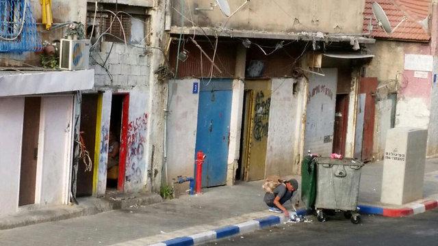 מה קרה כאן במשך שני העשורים האחרונים שגרם לתעשיית הסמים והזנות להתפשט בישראל באופן כל כך בוטה? נרקומן בתל אביב (צילום: ליאור פז)