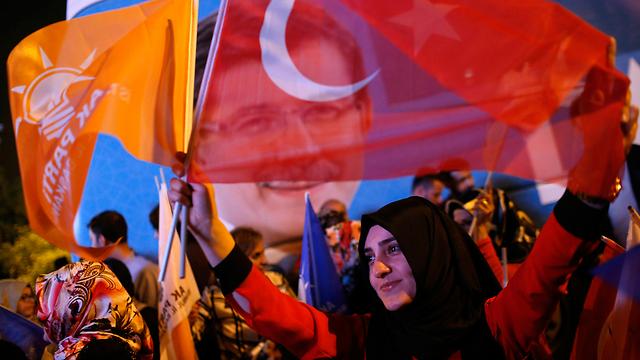 """זוכים ליחס מועדף במינויים פוליטיים ואקדמיים. תומכי """"מפלגת הצדק והפיתוח"""" האיסלאמית (צילום: AP) (צילום: AP)"""