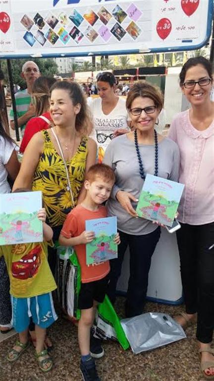 דליה איציק עם אחייניתה יעל שילה, ועם נכדיה רועי ויואב