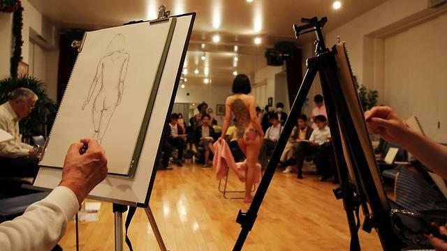 לומדים בסדנת ציורכדי להבין את גוף האישה (צילום: AFP) (צילום: AFP)