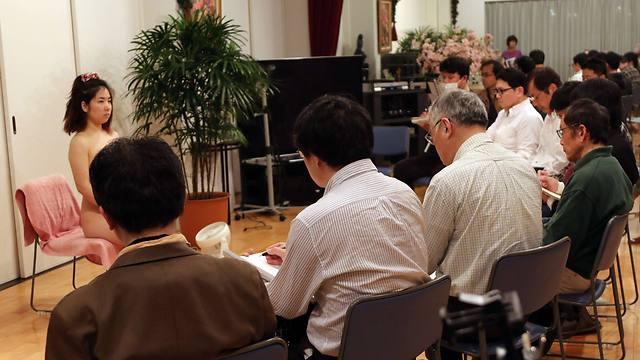 גברים יפנים בתולים בסדנה באוניברסיטה לבתולים (צילום: AFP) (צילום: AFP)