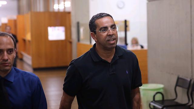 """מנכ""""ל אפריקה תעשיות בע""""מ לשעבר, אבי מוטולה, בבית משפט השלום בתל אביב (צילום: מוטי קמחי) (צילום: מוטי קמחי)"""