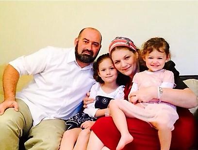 עם השנים החלה להבין מה זה אומר להיות יהודי, וגם להיות לא-יהודי. יהודית ומשפחתה ()