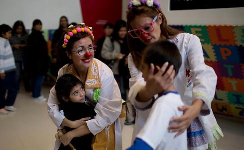 ליצנים רפואיים בארגנטינה (צילום: AP)