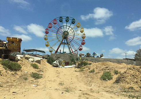 Now: A lone island in a sea of sand dunes - a theme park on the ruins of Netzarim (Photo: Maurizio Molinari)