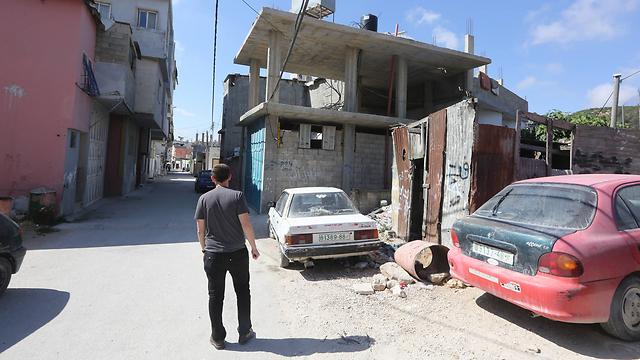 אישור למכוניות פלסטיניות להיכנס לישראל (צילום: גיל יוחנן) (צילום: גיל יוחנן)