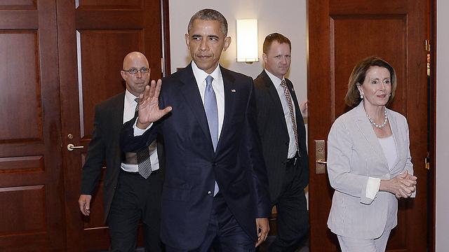 אובמה בביקור נדיר בקונגרס לצד מנהיג המיעוט הדמוקרטי בבית הנבחרים ננסי פלוסי, שהתנגדה לצעדו (צילום: TNS) (צילום: TNS)