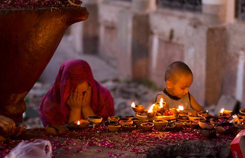 מאמינה מוסלמית מתפללת עם בנה במסגד בפאתי איסלאמבד, בירת פקיסטן. לרוב מבקרים המאמינים במסגדים בימים חמישי ושישי ומקווים שתפילותיהם יתגשמו (צילום: AP) (צילום: AP)