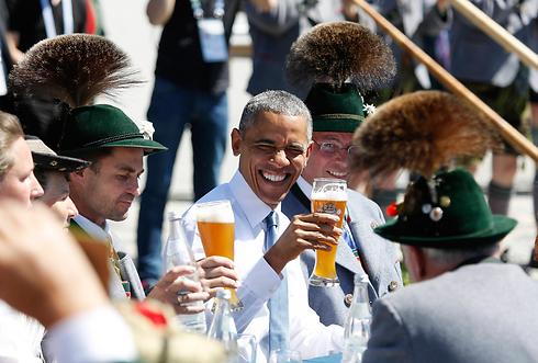 """נשיא ארה""""ב ברק אובמה נהנה מבירה מקומית במהלך השתתפותו בפסגת שבע המדינות המתועשות בגרמניה (צילום: AP) (צילום: AP)"""