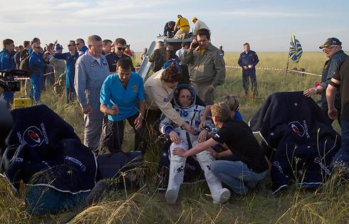 הקוסמנאוט הרוסי אנטון שקאפלרוב נחת בקזחסטן ביחד עם האסטרונאוט האמריקני טרי וירטס והאסטרונאוטית האיטלקייה סמנתה כריסטופורטי לאחר שהות של 199 ימים בתחנת החלל הבינלאומית (צילום: AP) (צילום: AP)