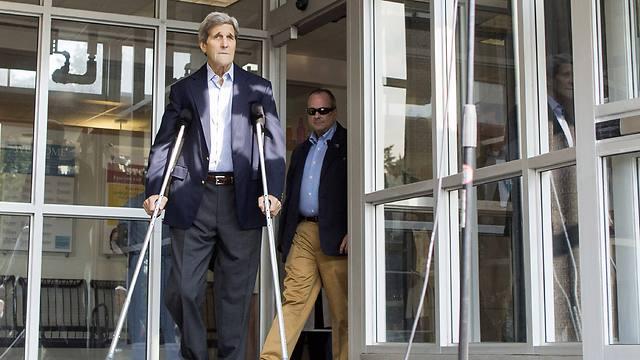 קרי יוצא על קביים מבית החולים (צילום: AFP) (צילום: AFP)