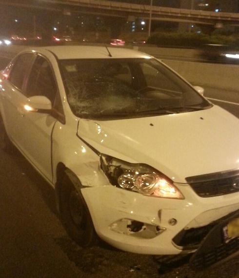 """הרכב שפגע בנער בצומת אלוף שדה, הערב (צילום: דוברות מד""""א ) (צילום: דוברות מד"""