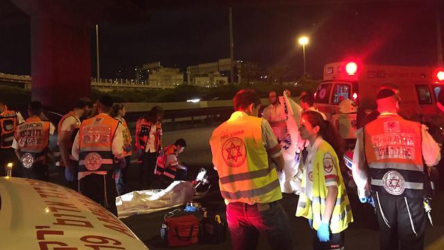 """צוותים של מד""""א באזור התאונה. נאלצו לקבוע את מותו של הנער (צילום: חדשות 24) (צילום: חדשות 24)"""