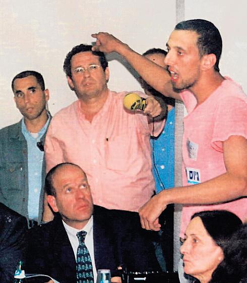 בן חורין, מימין, מתפרץ לדיון בכנסת ב-2001 על חוק טל ()