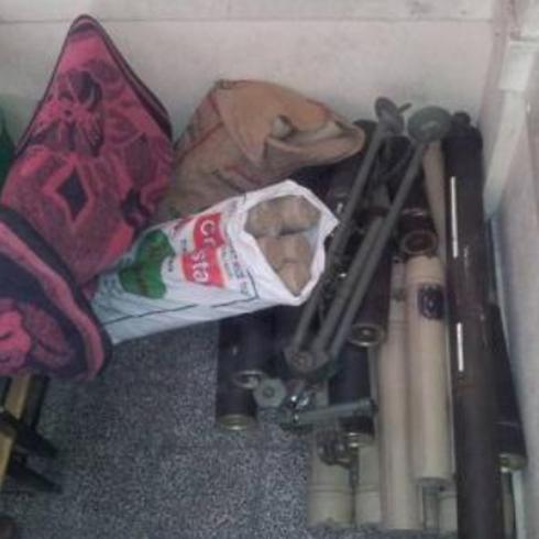 ציוד צבאי שנתפס בתוך בית ברצועת עזה. נתפסו הוראות איך להסתיר נשק בבתים ()