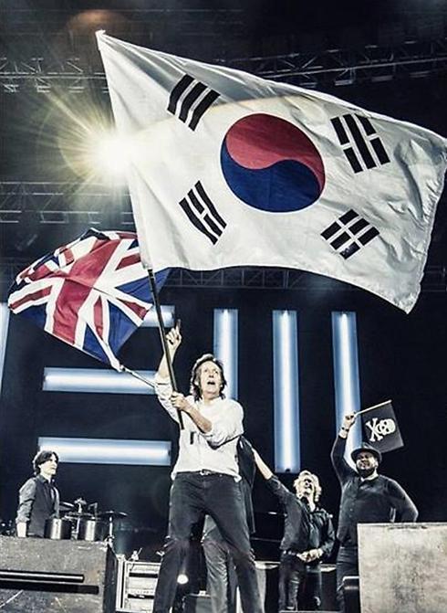 פול מקרטני בהופעה בדרום-קוריאה. כאשר משתררת תחושת דכדוך אובד הרצון לבלות, וזה כבר מאיים על כלכלת המדינה ()