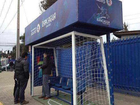 אחת התחנות שעוצבו כשער כדורגל בעיר הצ'יליאנית רנקגואה