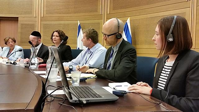 נציגי פייסבוק (מימין) בדיון בוועדה (צילום: אלי מנדלבאום) (צילום: אלי מנדלבאום)