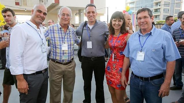 מימין: יוסי טורכספא, פרופ' דפנה קריב, פרופ' טל שביט, פרופ' אריה אורנשטיין ומארק און ()