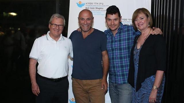 מימין: ג'ין יודס, אבי גרייניק וצבי זיו ()