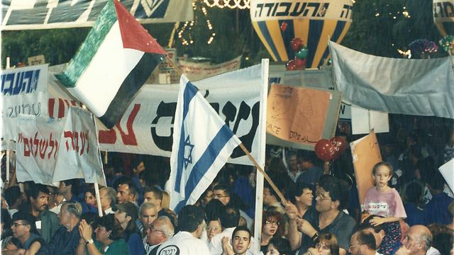 עצרת השלום ב-1995 בכיכר מלכי ישראל דאז, שנקראת על שם רבין (צילום: מיכאל קרמר) (צילום: מיכאל קרמר)