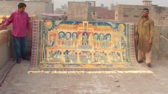 האורגים האפגניים מציגים את עבודתם (באדיבות מוזיאון ישראל)