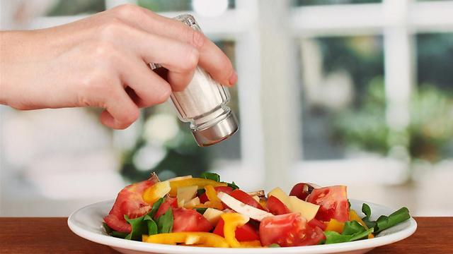 אולי כדאי לכם לשקול להתחיל להוסיף מלח לאוכל (צילום: shutterstock) (צילום: shutterstock)