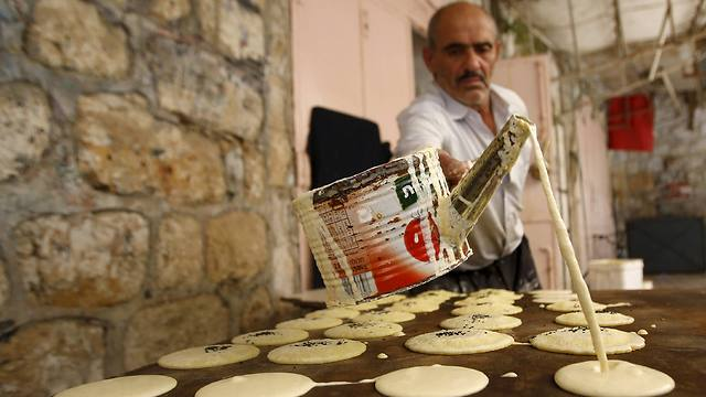 Palestinian man makes traditional Ramadan Pancakes in Hebron (Photo: Reuters)