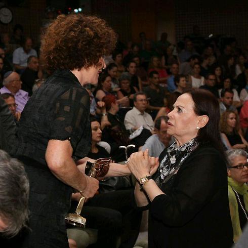 גילה אלמגור מברכת את לאורה ריבלין (צילום: עידו ארז) (צילום: עידו ארז)