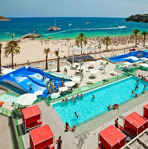 מלונות מפנקים, מסיבות פרועות והרבה חופים באיים הבלאריים ()