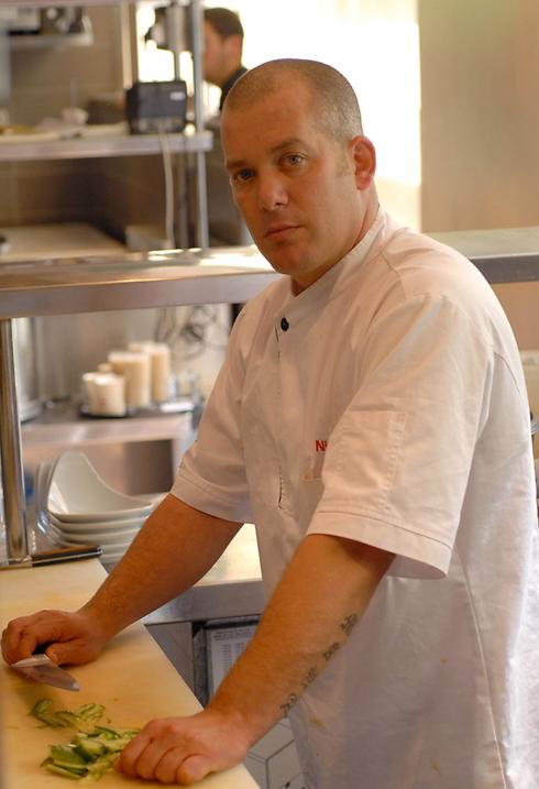"""ניצן רז במטבח של """"סושי סמבה"""" (צילום: נירה ענתבי)"""