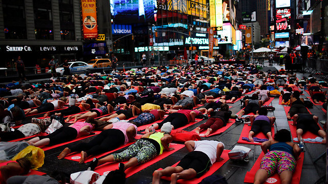 יוגה בטיימס סקוור בניו יורק (צילום: רויטרס) (צילום: רויטרס)