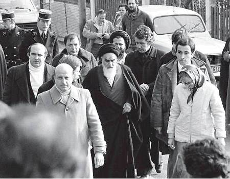 Khomeini (C) in Paris before his return to Iran (Photo: AFP)