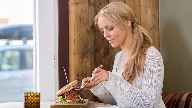 אכילה מודעת, בלי הסחות דעת ובריכוז מלא בתחושות הרעב והשובע (צילום: shutterstock) (צילום: shutterstock)