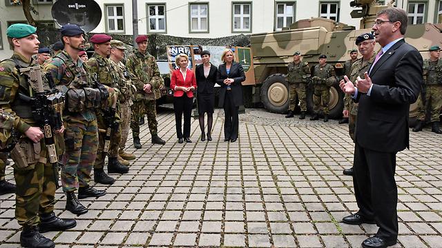 """שר ההגנה האמריקני משוחח עם חיילים של נאט""""ו במונסטר, גרמניה (צילום: AP) (צילום: AP)"""