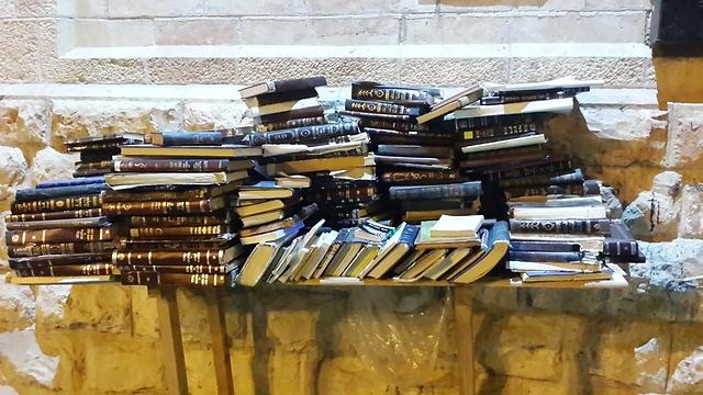 ספרי קודש ברחובות השכונות החרדיות (צילום: עמית קוטלר) (צילום: עמית קוטלר)