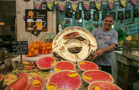 גם בשוק נהנים מהצלחת המוזהבת (צילום: אוהד צויגנברג) (צילום: אוהד צויגנברג)