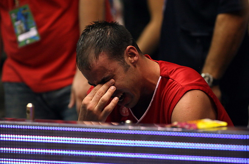 הרגע שלכולם ייחרט בזיכרון. טפירו ממרר בבכי על הספסל (צילום: טל שחר) (צילום: טל שחר)