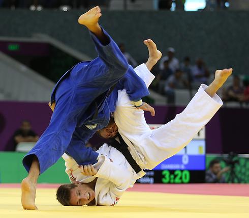 ברוך שמאילוב (בכחול) בפעולה (צילום: אורן אהרוני) (צילום: אורן אהרוני)
