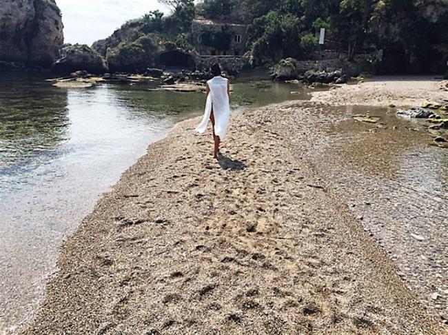 העולם הוא מסלול התצוגה שלה. בחוף איסולה בלה