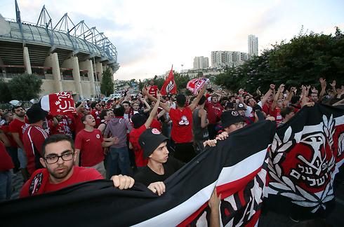 הקהל האדום מתכונן לכדור הפתיחה (צילום: עוז מועלם) (צילום: עוז מועלם)