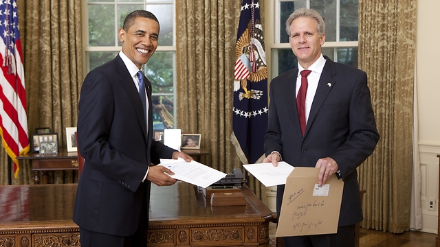 Oren presenting his credentials to President Obama (Photo: Lawrence Jackson) (Photo: Lawrence Jackson)