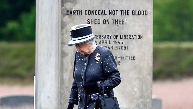 Queen Elizabeth walks in front of the Jewish monument at Bergen-Belsen (Photo: EPA)