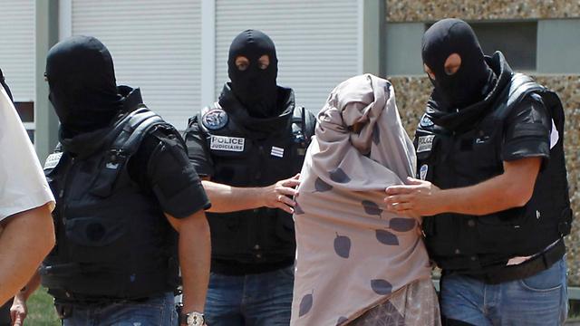 אשת המחבל נלקחת למעצר (צילום: רויטרס) (צילום: רויטרס)